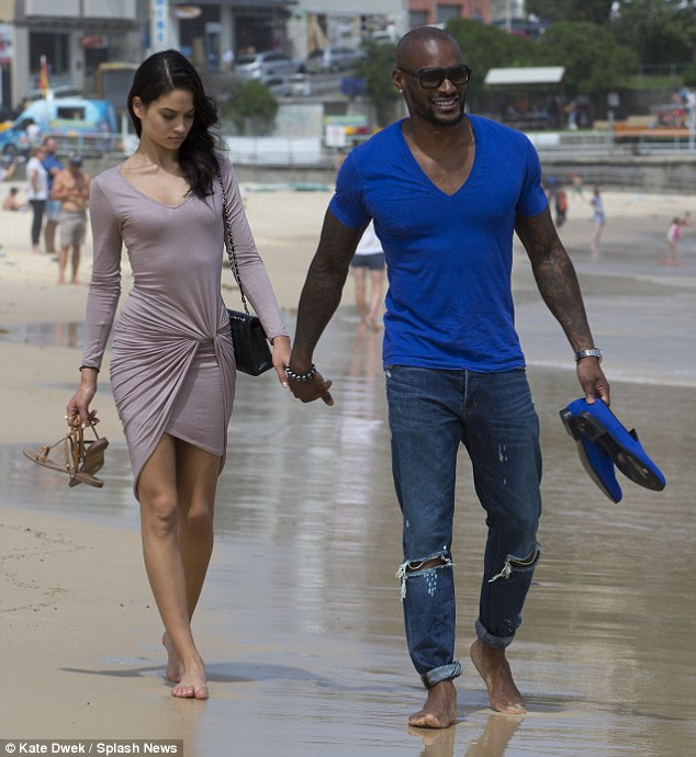 2422764E00000578-2880129-Beach_day_The_couple_headed_to_Bondi_Beach_for_lunch_and_then_wa-a-12_1418974069898